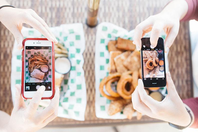 taking-food-pictures-in-restaurant